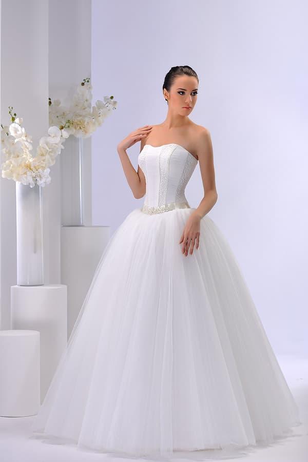 Пышное свадебное платье с атласным корсетом и сияющим поясом.