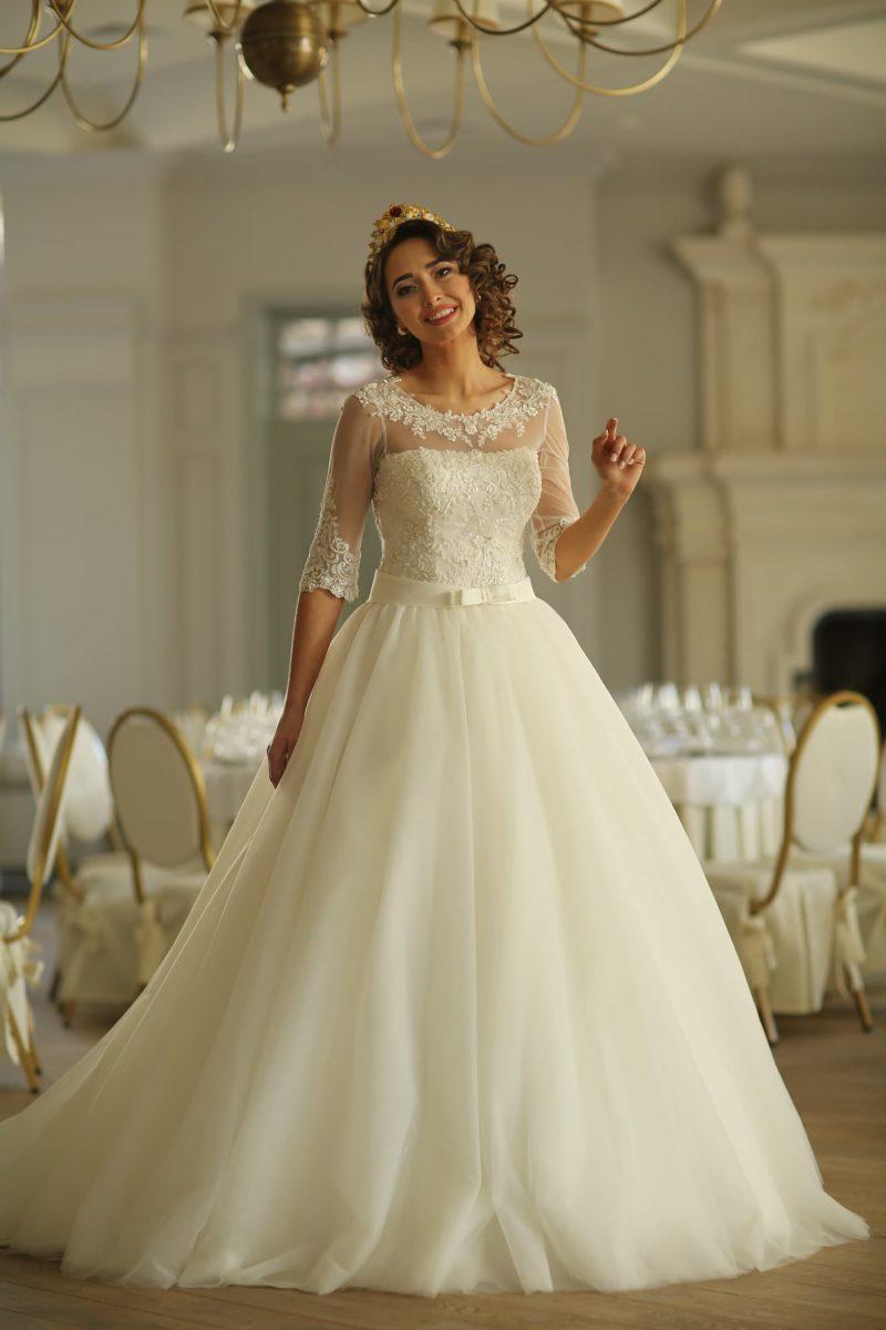 Торжественное свадебное платье с кружевным круглым декольте и длинными рукавами.