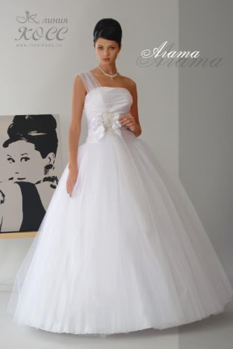 Очаровательное свадебное платье пышного кроя с асимметричным лифом.