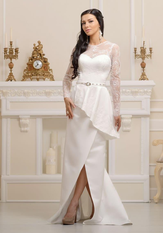 Закрытое свадебное платье с длинным рукавом, объемной баской и разрезом по низу подола.