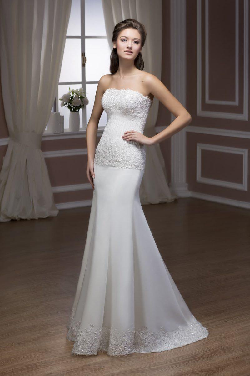 Свадебное платье «рыбка» из атласной ткани с открытым лифом стильного прямого кроя.