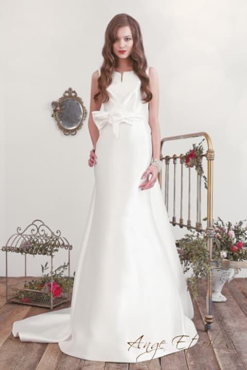 Атласное свадебное платье, облегающее фигуру, с бантом на талии.