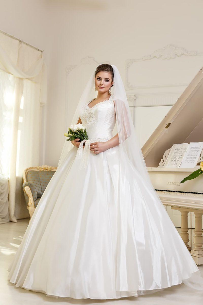 Роскошное свадебное платье «принцесса» из атласной ткани, дополненное широкими бретелями.