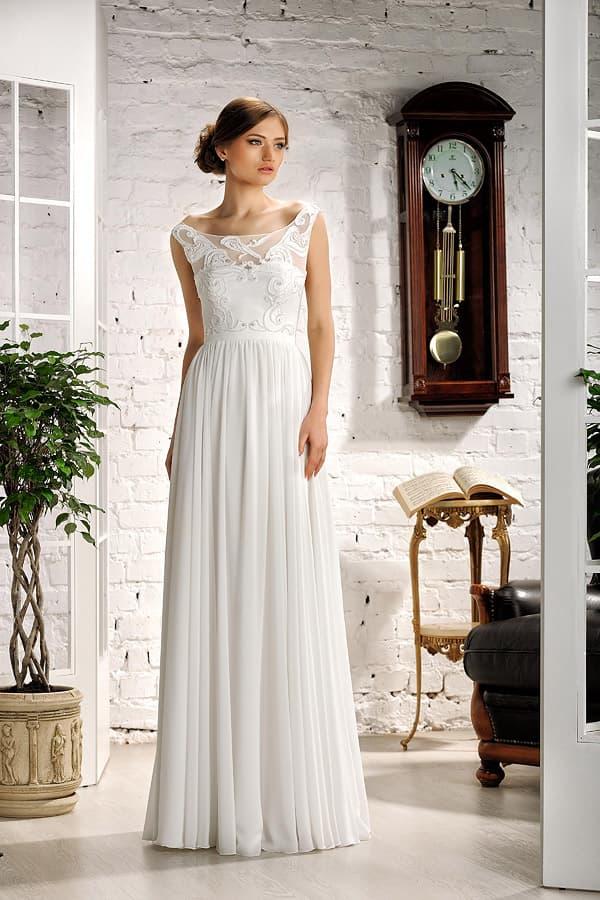 Ампирное свадебное платье с выразительным декором и открытой спиной.