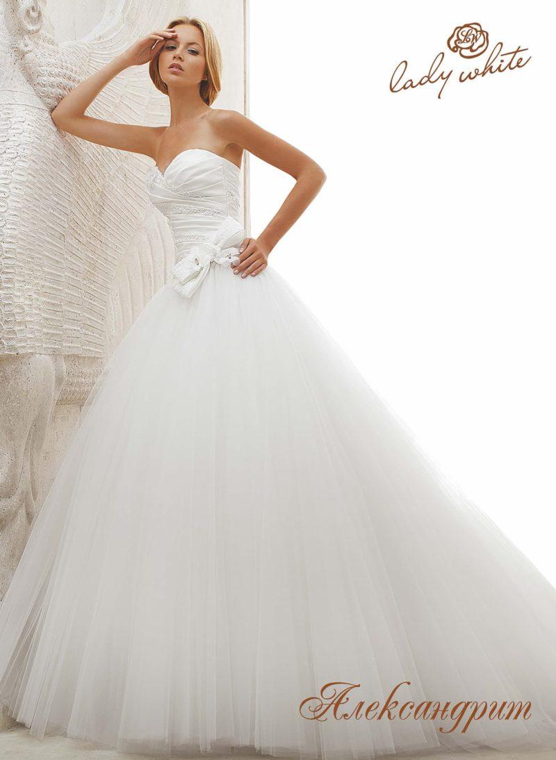 Пышное свадебное платье с драпировками на открытом корсете.
