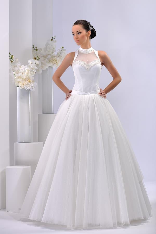 Пышное свадебное платье с оригинально оформленной тонкой вставкой над лифом.