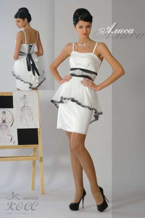 Свадебное платье-футляр с широким черным поясом, украшенным вышивкой.
