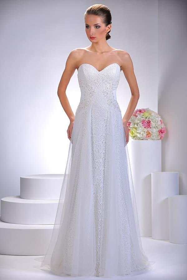 Свадебное платье с прямой юбкой с прозрачным верхом и декольте сердечком.