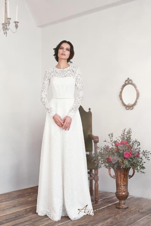 Прямое свадебное платье, полностью покрытое кружевом, с коротким рукавом.