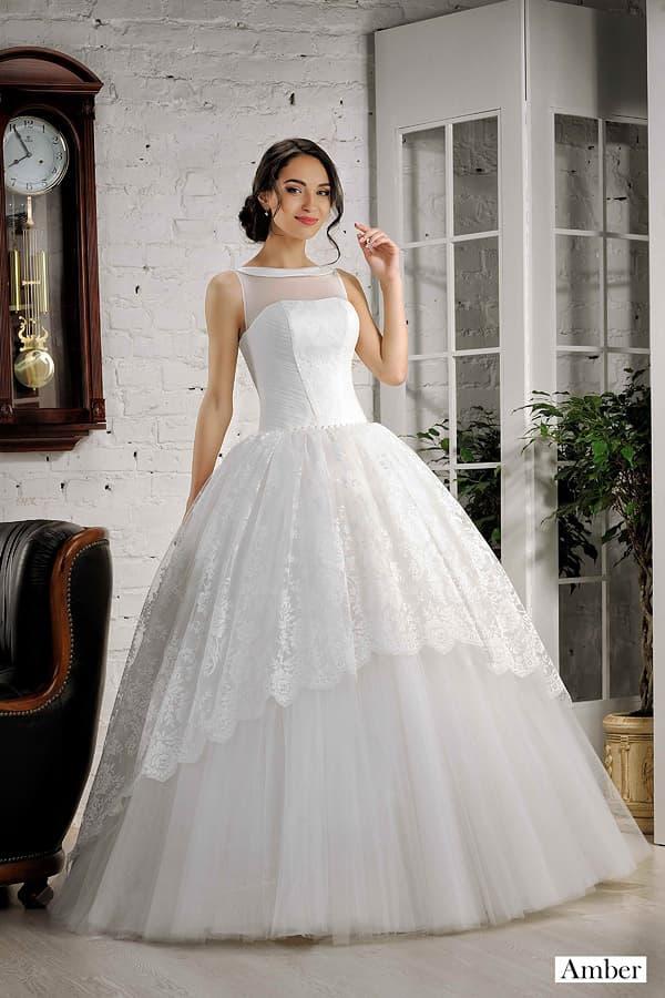 Пышное свадебное платье со слоем кружева по подолу и атласным воротником.