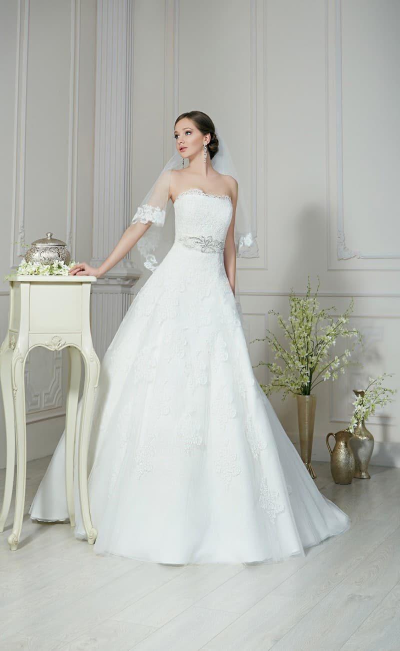 Свадебное платье «трапеция» с элегантным поясом и кружевными аппликациями по корсету.