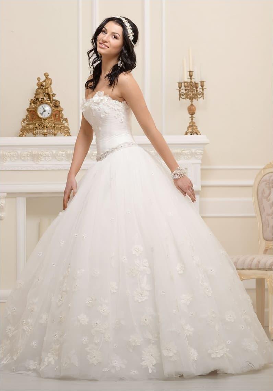 Великолепное свадебное платье с бутонами по корсету и сияющим декором узкого пояса.