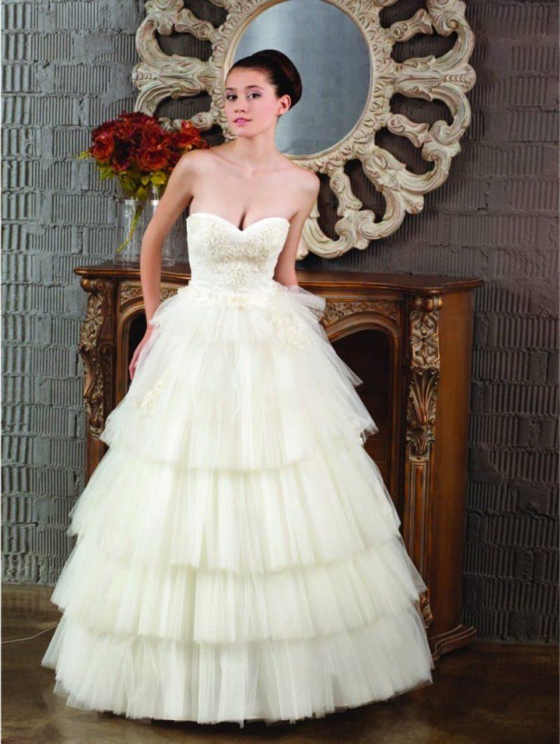 Пышное свадебное платье цвета слоновой кости с лифом в форме сердца.