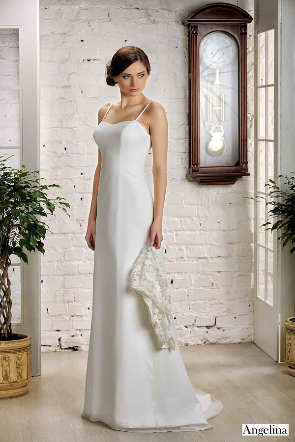 Свадебное платье прямого кроя с бретелями-спагетти и кружевным болеро.
