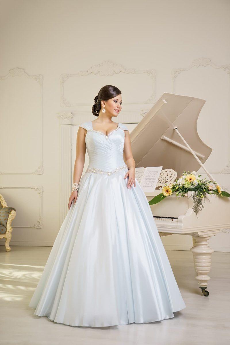 Белоснежное свадебное платье из атласной ткани с широким сияющим поясом на талии.