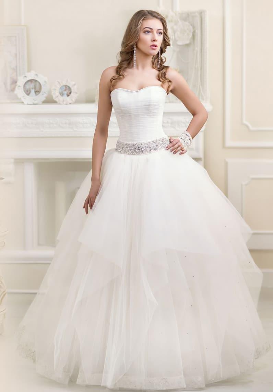 Открытое свадебное платье пышного кроя с заниженной талией и драпировками по корсету.