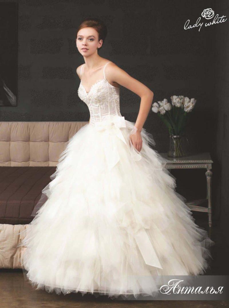 Невероятно пышное свадебное платье с узкими бретелями.
