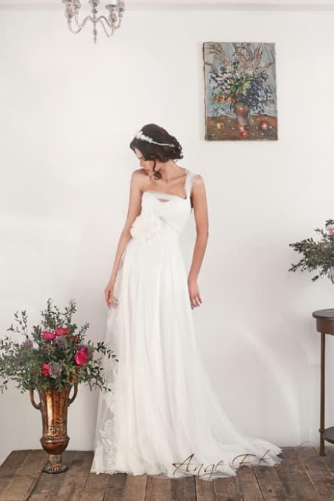 Прямое свадебное платье с полупрозрачной бретелью через плечо.