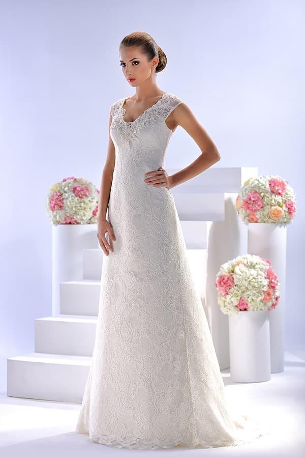 Свадебное платье, декорированное кружевом с крупным цветочным узором.