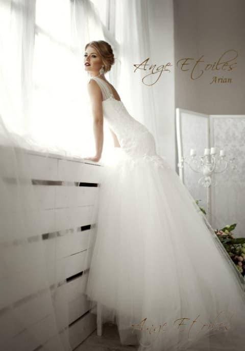 Пышное свадебное платье с заниженной линией талии и воздушным подолом.