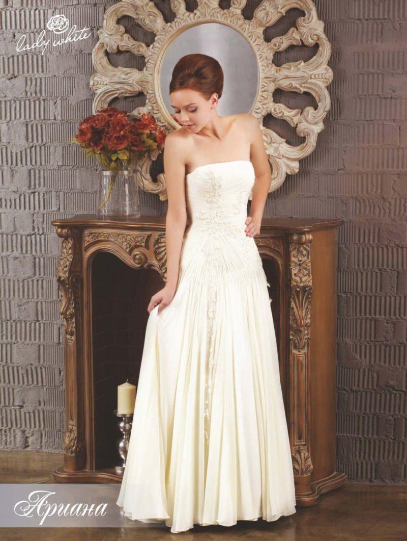 Открытое свадебное платье изящного прямого кроя.
