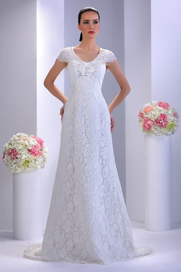 Кружевное свадебное платье А-кроя с оригинальными драпировками и фигурным рукавом.