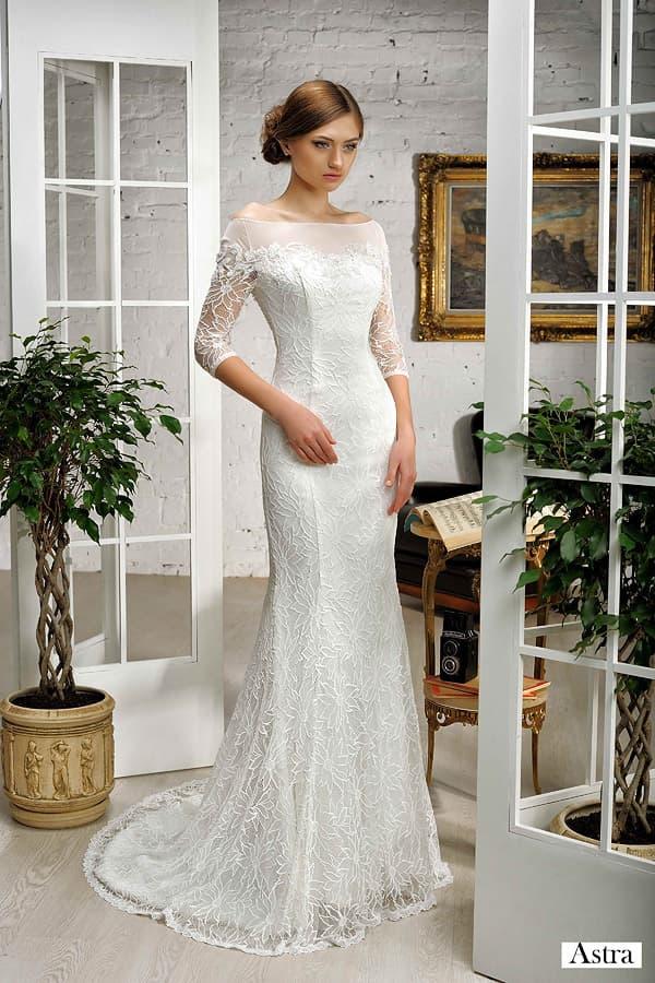 Кружевное свадебное платье с портретным декольте и полупрозрачным шлейфом.