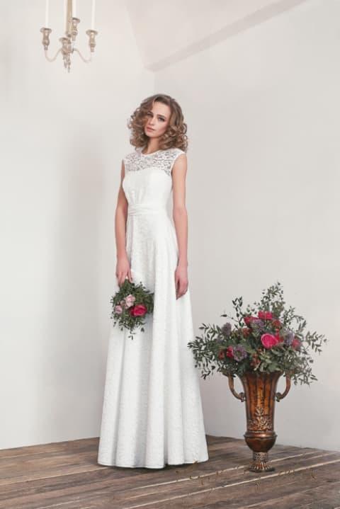 Ампирное свадебное платье с кружевным лифом с вырезом под горло.