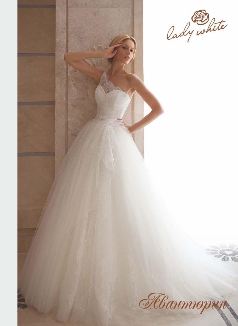Пышное свадебное платье с асимметричным лифом и длинным шлейфом.