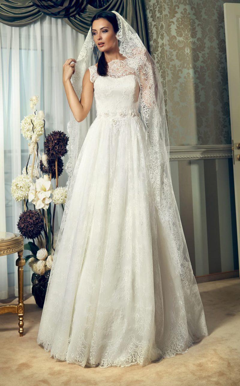 Женственное свадебное платье с фигурным вырезом под горло и фактурным поясом на талии.