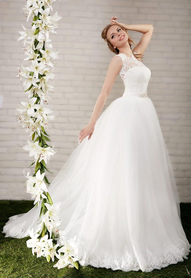 Пышное свадебное платье с кружевной вставкой над открытым лифом и вырезом на спинке.