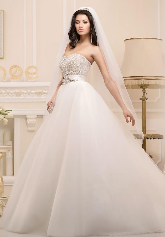 Стильное свадебное платье пышного кроя с открытым корсетом, покрытым декором из стразов.