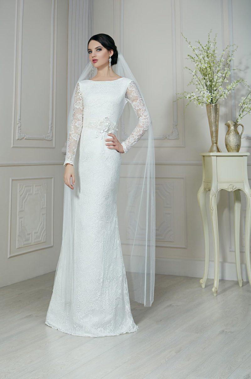 Безупречно элегантное свадебное платье прямого кроя с вырезом под горло и длинными рукавами.