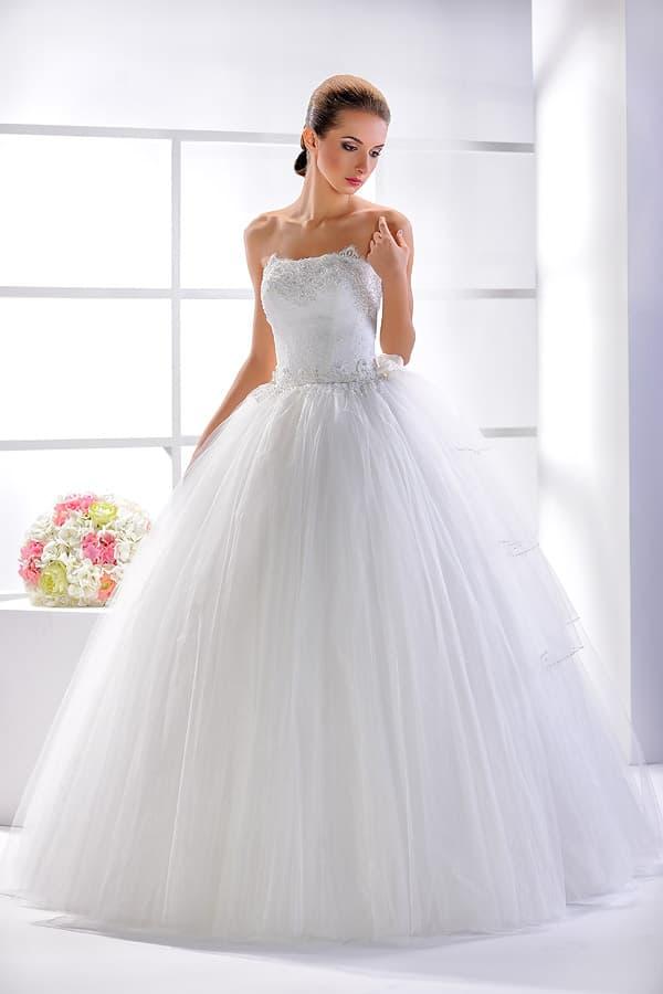 Великолепное свадебное платье с объемным подолом и открытым лифом.