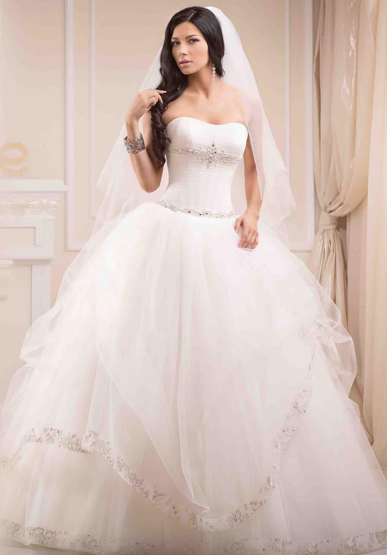 Открытое свадебное платье с многослойной юбкой и корсетом, расшитым бисером.