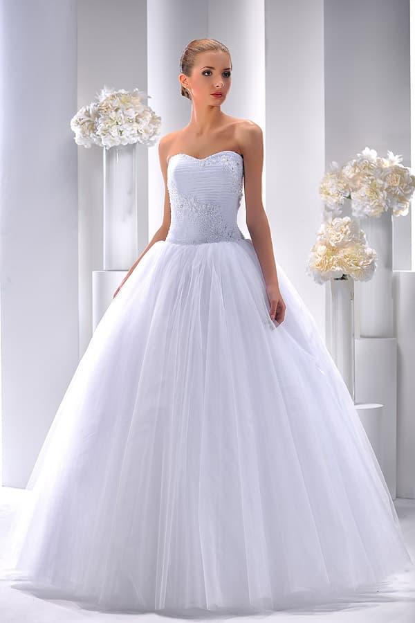 Роскошное свадебное платье с вышивкой на классическом корсете и пышной юбкой.