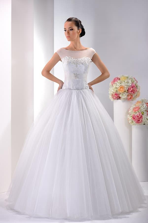 Пышное свадебное платье с закрытым верхом с вышивкой по краю лифа.