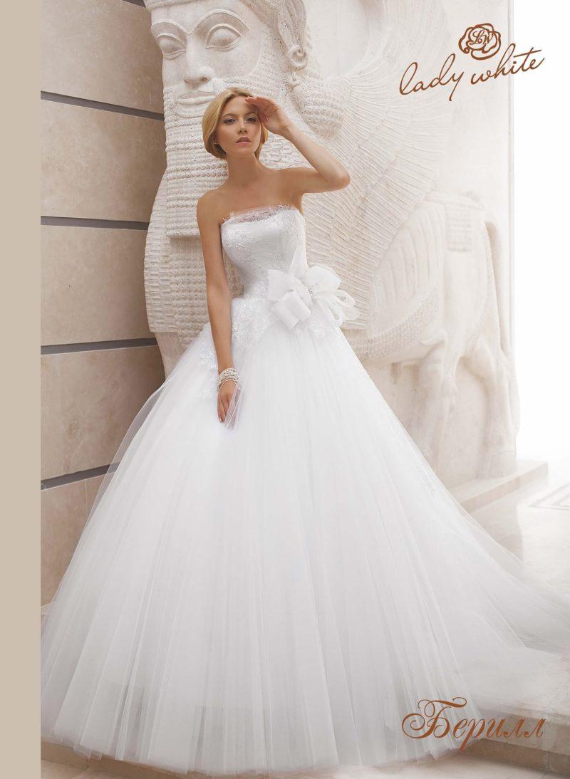 Открытое свадебное платье пышного кроя с объемной отделкой.