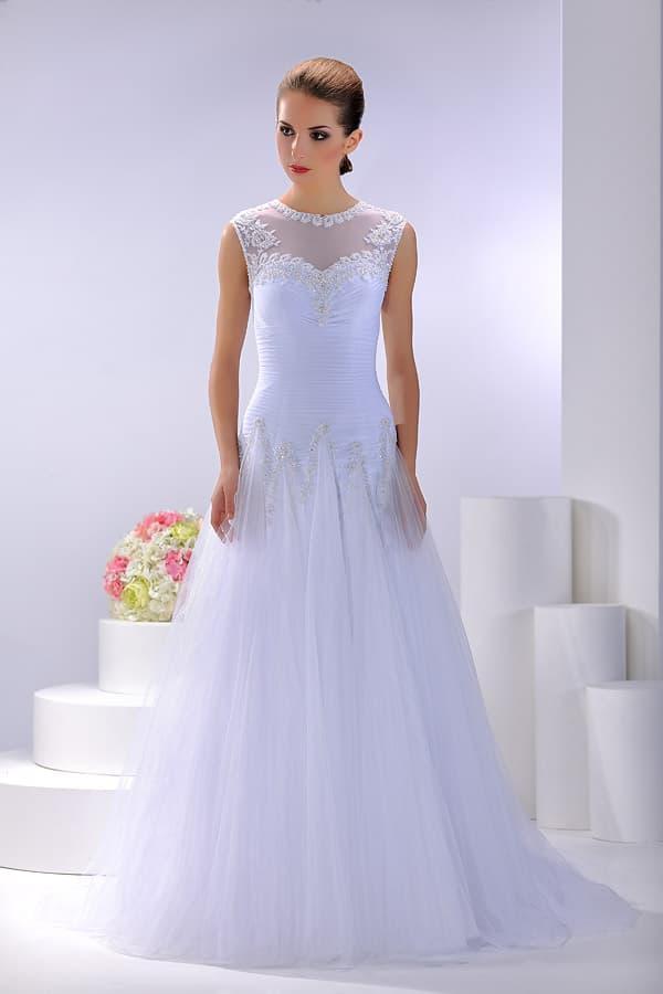 Изящное свадебное платье «принцесса» с прозрачной вставкой с кружевом над лифом.