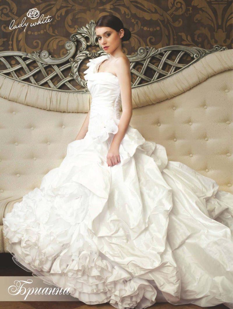 Изысканное свадебное платье с пышной юбкой с оборками.