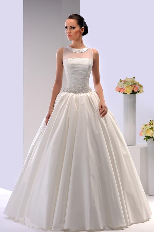 Атласное свадебное платье цвета слоновой кости с узким глянцевым воротником.
