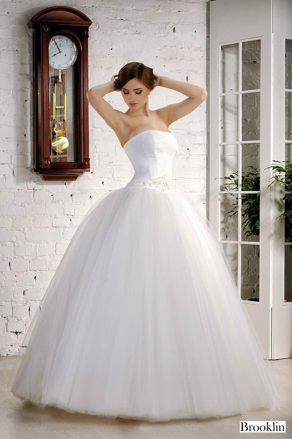 Свадебное очень пышное открытое платье с воздушной юбкой и атласным корсетом.