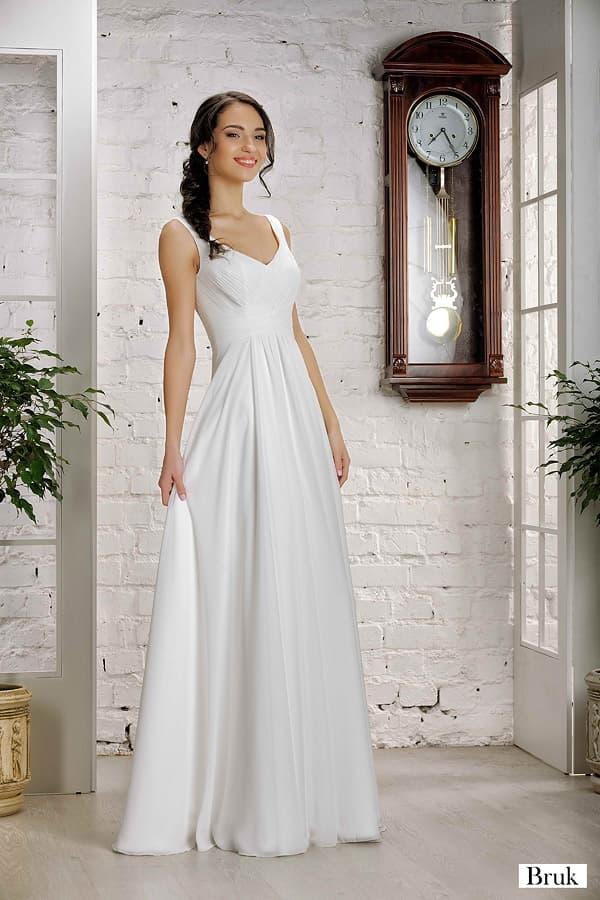 Прямое свадебное платье с женственным лифом и округлым вырезом на спине.