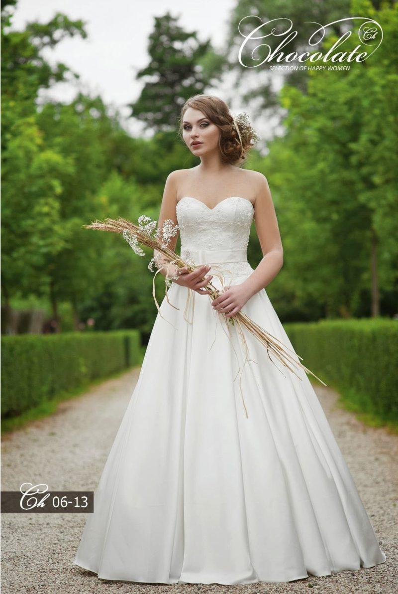 Свадебное платье А-силуэта с фактурным декором корсета.