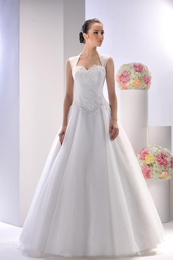 Царственное свадебное платье А-кроя с широкими бретелями и фактурным декором.