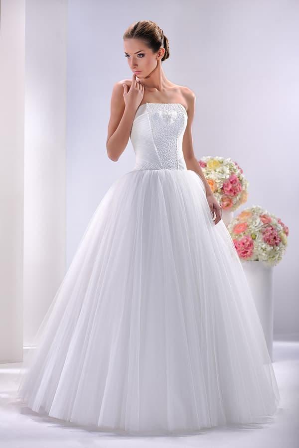 Пышное свадебное платье с прямым вырезом и атласным корсетом.