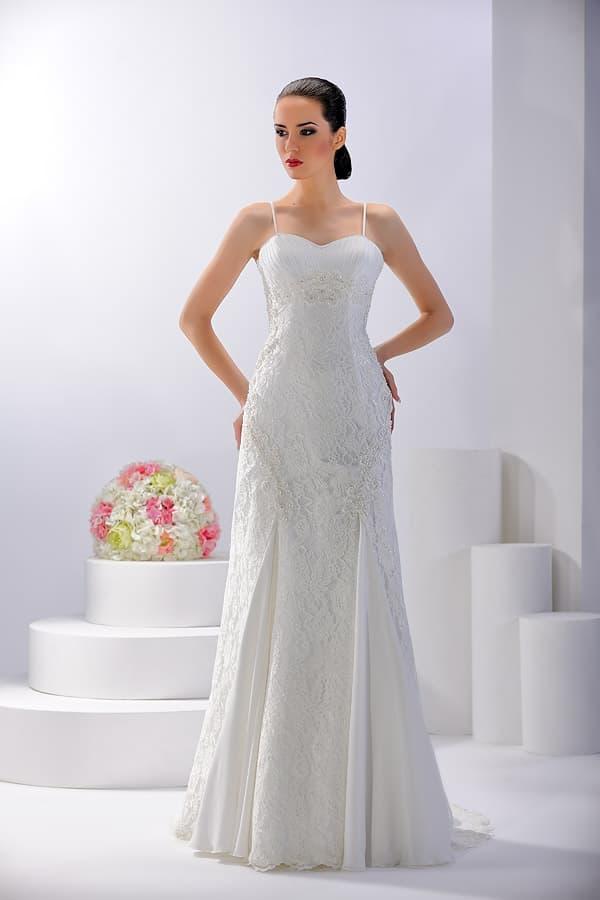Ажурное свадебное платье «принцесса» с тонкими бретелями и шлейфом.