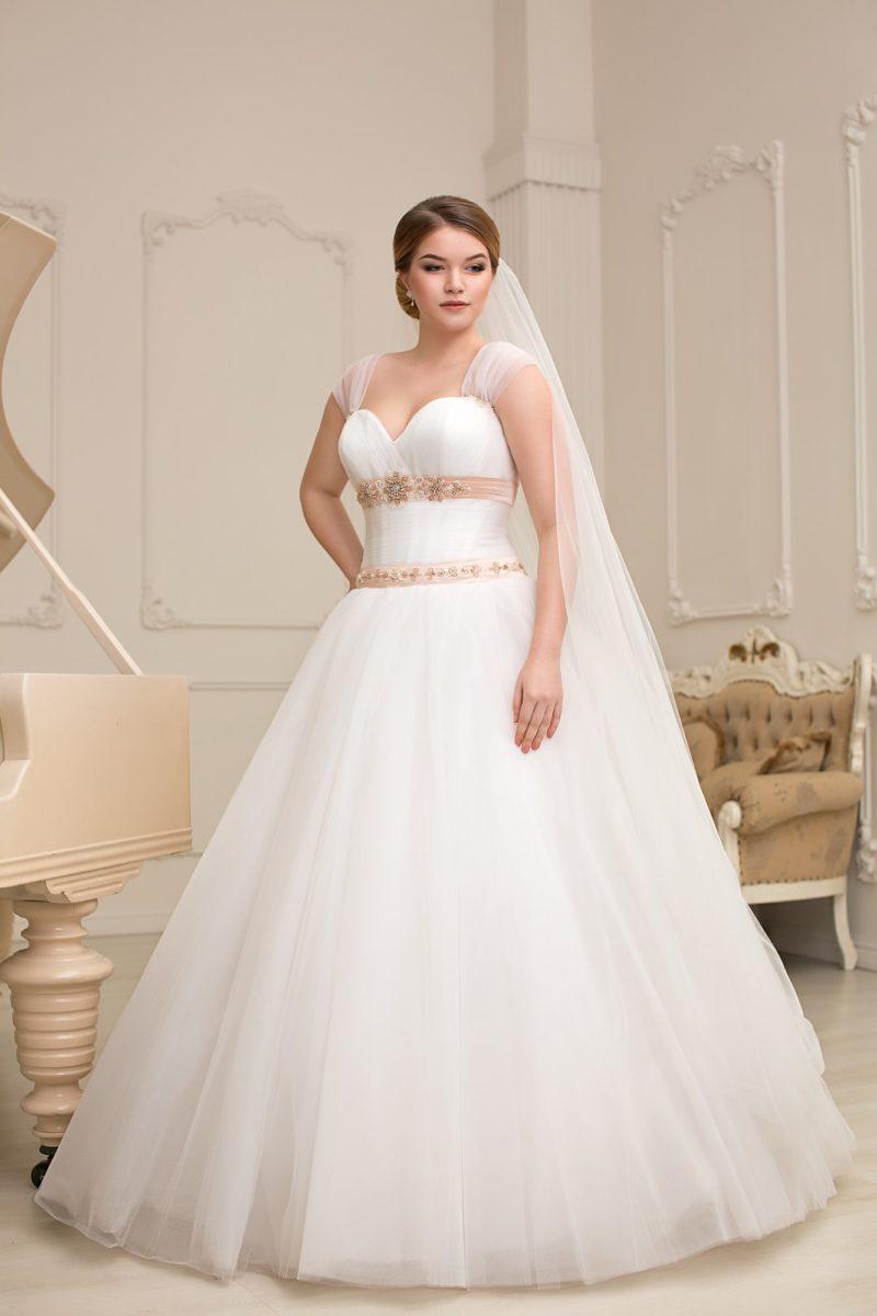 Пышное свадебное платье с цветными атласными полосами по талии и под открытым лифом.