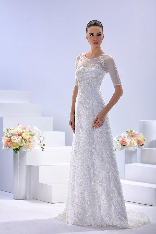Кружевное свадебное платье с округлым вырезом и рукавами до локтя.