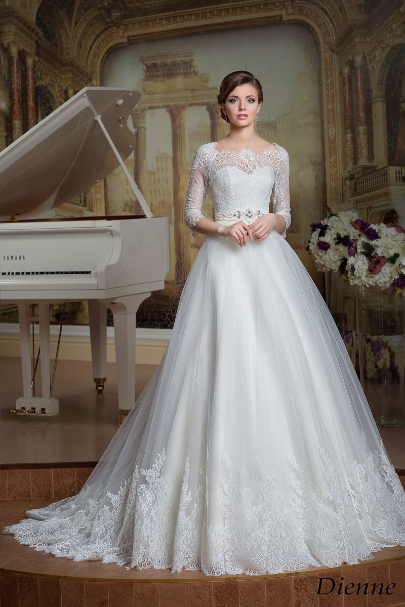 Великолепное свадебное платье с пышной многослойной юбкой и драматичным кружевным вырезом.